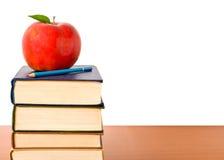 Torretta dei libri con la mela Fotografia Stock Libera da Diritti
