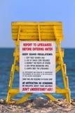 Torretta del bagnino ad una spiaggia Fotografie Stock Libere da Diritti