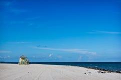Torretta del bagnino sulla spiaggia bianca della sabbia Fotografie Stock Libere da Diritti