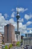 Torretta del cielo di Auckland alla notte fotografia stock