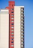 Torretta del condominio dal lato con la colonna rossa Immagine Stock