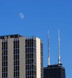 Torretta del John Hancock del Chicago con la vista della luna Fotografia Stock Libera da Diritti