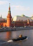 Torretta del Kremlin a Suare rosso e fiume a Mosca. Fotografia Stock