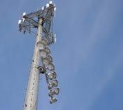 Torretta del telefono delle cellule con gli indicatori luminosi di Ballfield Immagini Stock