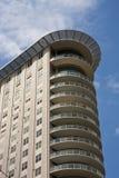 Torretta dell'appartamento con i balconi curvi Immagine Stock Libera da Diritti