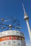 Torretta dell'orologio e della televisione del mondo a Berlino Fotografia Stock