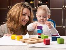 Torretta della costruzione della figlia del bambino e della madre Fotografia Stock
