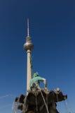 Torretta della fontana e della televisione di Nettuno a Berlino Fotografia Stock Libera da Diritti