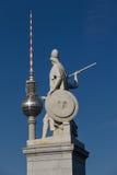 Torretta della televisione di Berlino vicino ai guerrieri Fotografia Stock