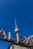 Torretta della televisione (Fernsehturm) e lettere del ALEX Immagine Stock
