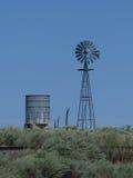 Torretta di acqua e del mulino a vento Fotografia Stock Libera da Diritti