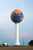 Torretta di acqua verniciata come globo (nessun antenne) Immagini Stock Libere da Diritti