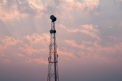 Torretta di antenna del ripetitore di comunicazione del telefono mobile fotografia stock
