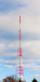 Torretta di antenna molto alta in nubi del cielo Fotografia Stock Libera da Diritti