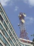 Torretta di Comunications sopra una costruzione Immagini Stock
