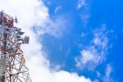 Torretta di comunicazioni con un bello cielo blu Immagini Stock Libere da Diritti