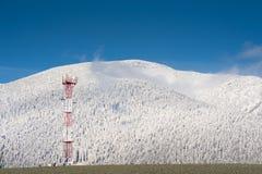 Torretta di GSM in montagne Fotografia Stock