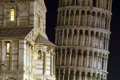 Torretta di inclinzione di Pisa e del Duomo alla notte. fotografia stock