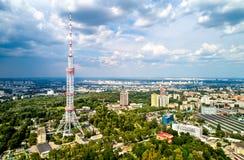Torretta di Kiev TV 385 metri di altezza, è la costruzione d'acciaio della grata indipendente più alta nel mondo Immagini Stock