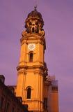 Torretta di orologio con il cielo viola Fotografie Stock