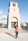 Torretta di orologio della città universitaria con camminare dell'allievo Fotografie Stock