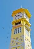 Torretta di orologio gialla con cielo blu Fotografie Stock Libere da Diritti