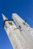 Torretta di orologio su un cielo profondo blu Immagini Stock Libere da Diritti