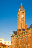 Torretta di orologio su una costruzione Fotografia Stock Libera da Diritti