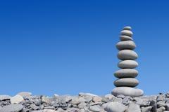 Torretta di pietra sui precedenti blu Fotografia Stock Libera da Diritti