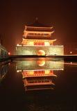 Torretta di segnalatore acustico del Xian nella notte dopo pioggia Fotografie Stock Libere da Diritti