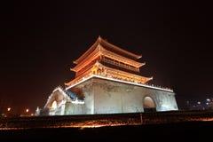 Torretta di segnalatore acustico del Xian nella notte dopo pioggia Fotografia Stock