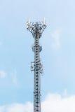 Torretta di telecomunicazione su cielo blu Fotografia Stock Libera da Diritti