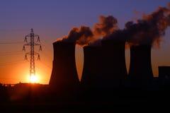 Torretta e camino ad alta tensione della centrale elettrica Immagine Stock