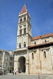 Torretta e plaza di chiesa di Trogir fotografia stock