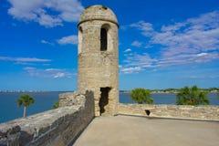 Torretta forte della pietra sul fondo blu-chiaro del cielo nuvoloso in Castillo de San Marcos Fort alla costa storica di Florida fotografia stock libera da diritti