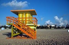 Torretta verde e gialla del bagnino in spiaggia del sud Immagine Stock Libera da Diritti