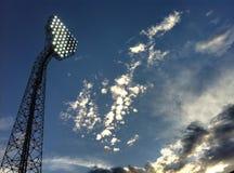 torretta vicina dello stadio dell'indicatore luminoso del proiettore in su Immagine Stock Libera da Diritti