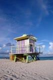 Torretta viola del bagnino di art deco in spiaggia del sud Immagine Stock Libera da Diritti