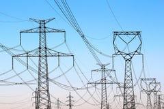 torrette ad alta tensione di elettricità sotto il cielo Immagine Stock Libera da Diritti