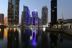 Torrette del lago Jumeirah alla notte Fotografie Stock