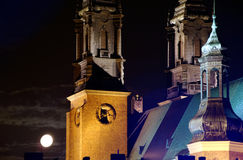 Torrette della chiesa della cattedrale alla notte Fotografia Stock