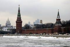 Torrette di Mosca Kremlin Foto di inverno di colore Immagini Stock