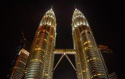 Torrette di Petronas alla notte Fotografie Stock