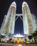 Torrette di Petronas alla notte Fotografia Stock