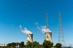 Torrette e linee elettriche nucleari Fotografia Stock Libera da Diritti