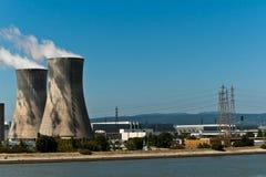 Torrette e linee elettriche nucleari Fotografia Stock