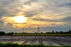 Torrette elettriche Linea elettrica del trasporto di energia sul cielo del sole Fotografia Stock Libera da Diritti