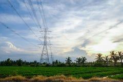 Torrette elettriche Linea elettrica del trasporto di energia sulla SK blu Fotografie Stock