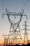 Torrette elettriche (piloni di elettricità) al tramonto Fotografie Stock