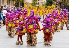 TORREVIEJA, EL 19 DE FEBRERO: Grupos del carnaval y caracteres vestidos Imágenes de archivo libres de regalías